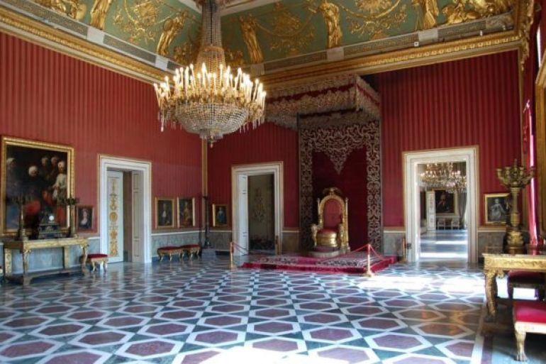Un architetto, due storici dell'arte e un'esperta di promozione culturale nel comitato scientifico del Palazzo Reale di Napoli.