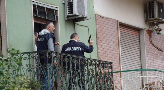 Cronaca di Napoli, uccide la madre a colpi di fucile e si barrica in casa