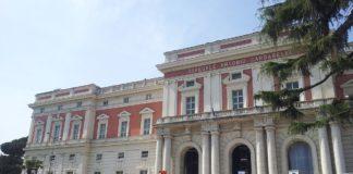 Operai senza stipendio, la protesta sul tetto dell'ospedale Cardarelli