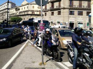 Piazza Garibaldi all'insegna del caos per il nuovo dispositivo di traffico