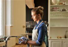 Strofinacci da cucina sono pericolosi nidi di batteri. Ecco come