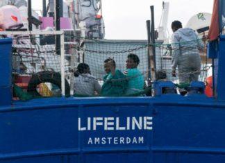 Migranti, nave Lifeline forse approderà a Malta: polemica Francia-Italia
