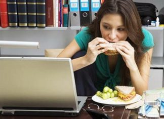 Pausa pranzo in ufficio, dannosa per la salute. 5 consigli utili