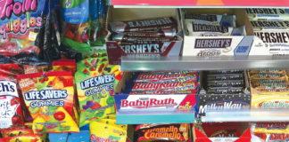 Obesità infantile, il Regno Unito vieta Junk food alle casse dei supermarket