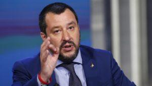 Salvini lancia le nuove norme contro gli ambulanti: multe anche per chi compra