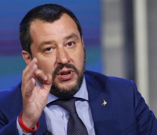"""""""Mio figlio linciato per colpa della Lega"""", Salvini: """"Cerca solo pubblicità"""""""