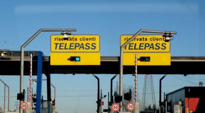Tangenziale di Fuorigrotta: senza patente tampona auto ai caselli Telepass e fugge