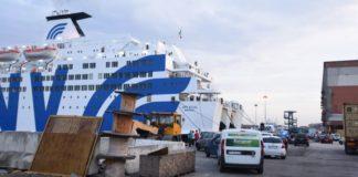 Napoli, auto schiaccia due persone su traghetto: un morto e una donna ferita