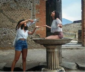 "Pompei, turisti ""cafoni"" agli Scavi: denunce sui social"