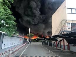 Terra dei fuochi, maxi incendio nei pressi di Caivano: aria irrespirabile