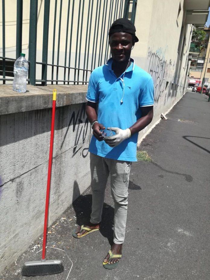 A Fuorigrotta due nigeriani pulisco le strade in cambio di un sorriso