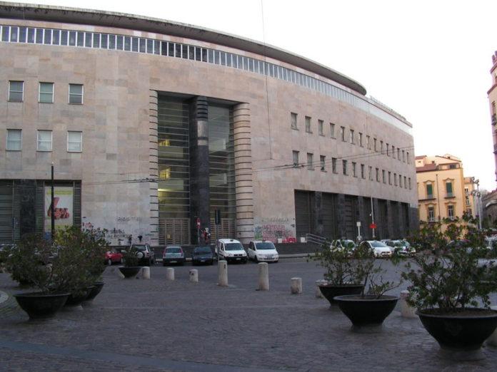 Napoli, rapina alle Poste Centrali in piazza Matteotti. Paura tra i presenti