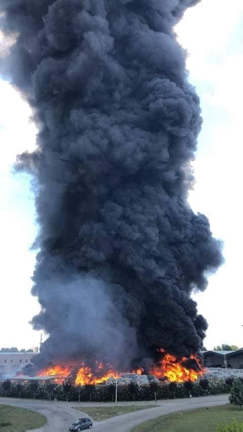 Caivano, nuovo rogo tossico: in fiamme ecoballe con carta e plastica