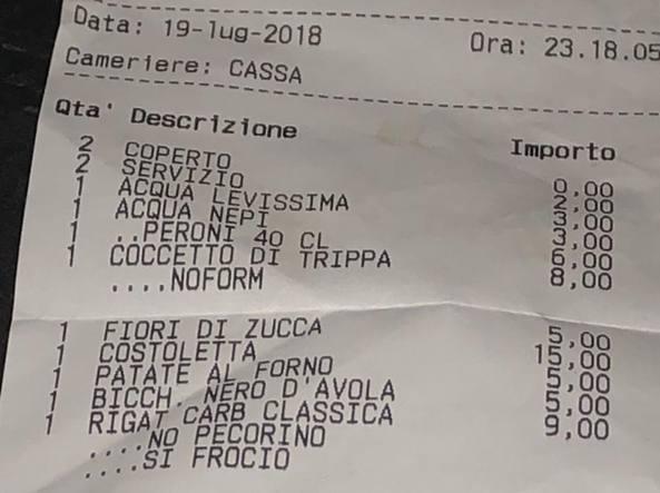 Scontrino omofobo al ristorante: licenziato il cameriere, ma non si placa la polemica