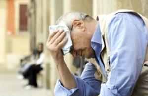 """Caldo, rischi per gli anziani: ecco il """"decalogo"""" per proteggerli"""