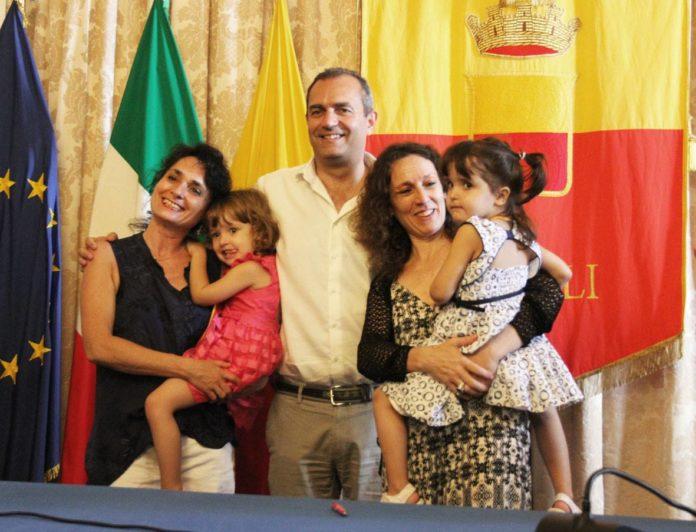 Napoli, famiglie arcobaleno: registrati atti di nascita di 11 bimbi col doppio cognome