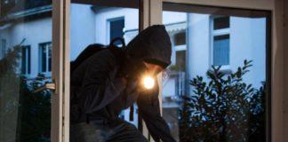 Ladri incappucciati in casa di un avvocato: figlia chiede aiuto e fuggono