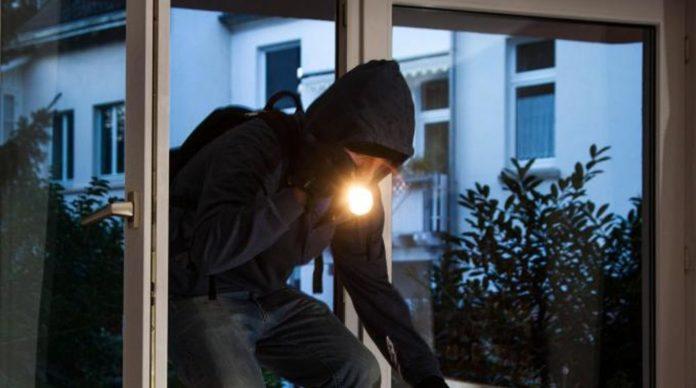 Arzano, arrestati topi d'appartamento in Vico Pellegrino. Uno è rimasto bloccato in un cancello