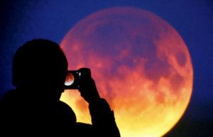 Arriva l'eclissi più lunga del secolo: come vedere al meglio la Luna rosso sangue