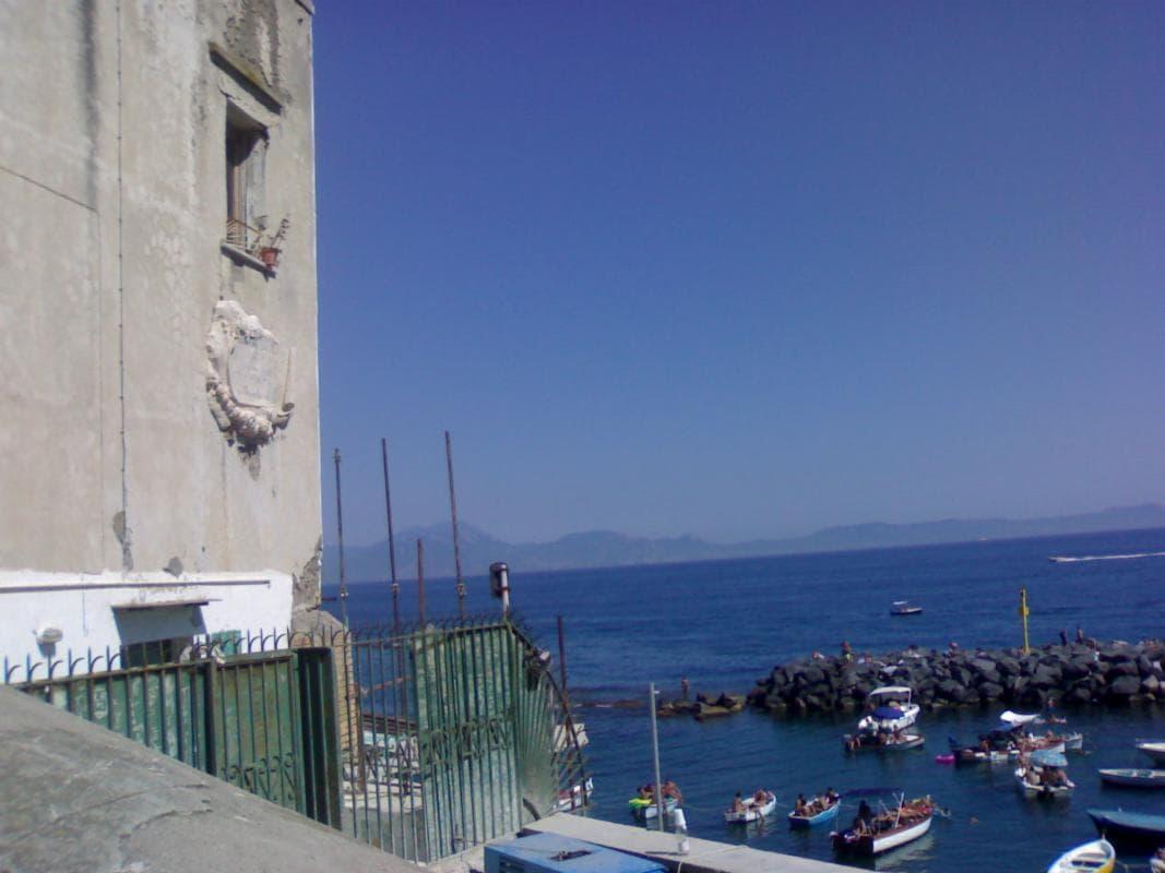 Fase 2 a Napoli: è allarme assembramenti sulle spiagge di Marechiaro