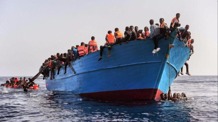 Migranti: barcone alla deriva, in 100 a bordo. Sea Watch va in soccorso
