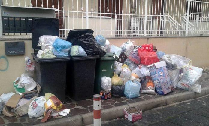 Isole ecologiche in tilt, rifiuti in strada a Napoli e Caserta