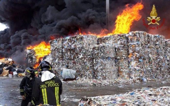 Terra dei Fuochi, incendio a Giugliano: Nube tossica verso Licola