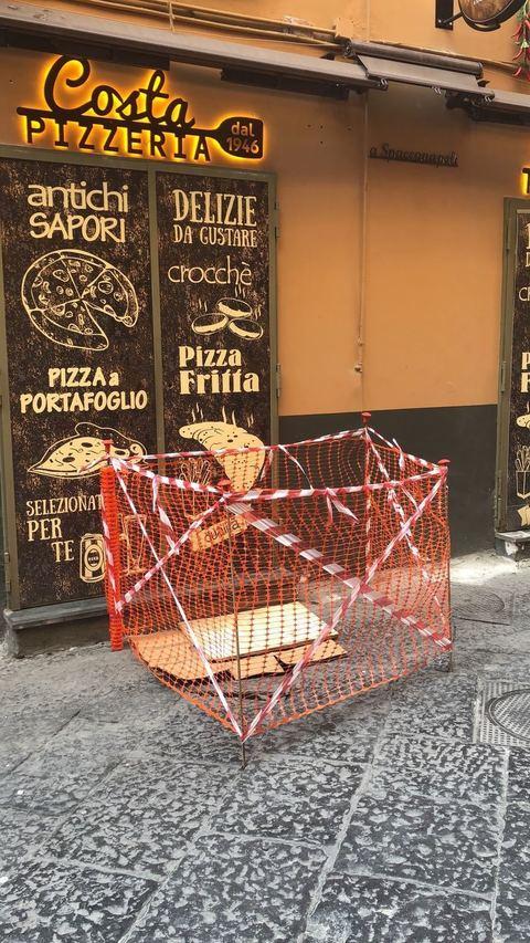 Napoli, voragine al centro storico: panico per un'invasione di topi