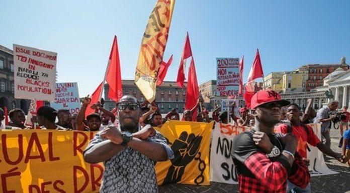 """Migranti, sit-in a Napoli: """"Nostro diritto rimanere"""""""