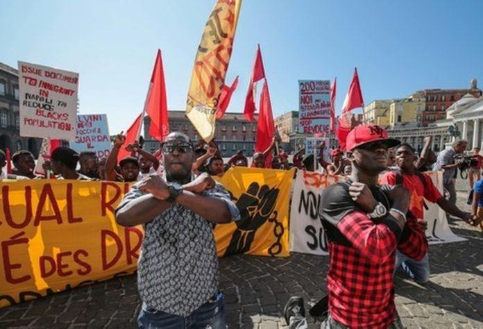 """Migranti, sit-in a Napoli: """"Nostro diritto rimanere"""