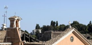 Roma, crolla tetto San Giuseppe dei Falegnami: nessun ferito