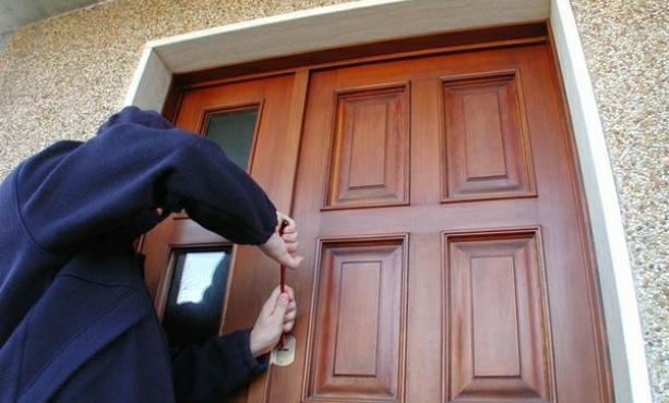 Tenta il furto in pieno giorno, ma trova l'inquilino in casa: arrestato