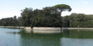 Reggia di Caserta, turista si tuffa nudo nella Peschiera: denunciato
