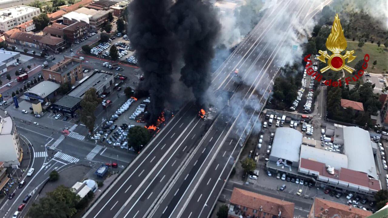 Incendio in tangenziale a Bologna, forse colpo di sonno dell'autista