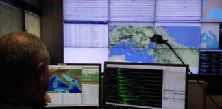 Alcuni sismogrammi del terremoto di magnitudo 2.0 del 18 agosto alle 17:34. Le forme d'onda sono ordinate dalla più vicina (in alto) a quelle più distanti. Le prime due in alto sono registrate dai sismometri installati da Sismiko il 17 agosto.