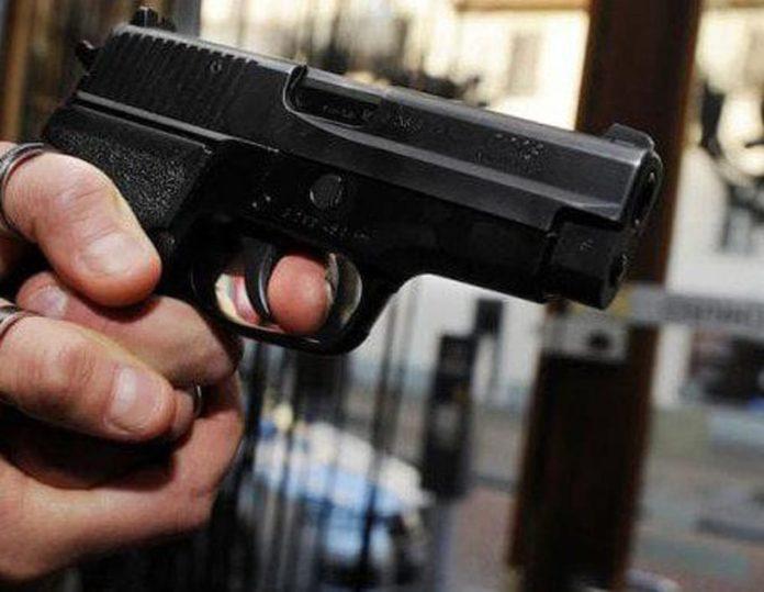 Rapina in un negozio di alimentari a Pianura, titolare ferito
