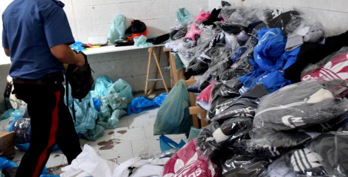 Napoli, Fuorigrotta: Scoperto deposito di merce con marchio falso