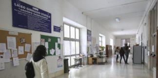 Napoli, al liceo Sannazaro mancano aule: prof e alunni al mare