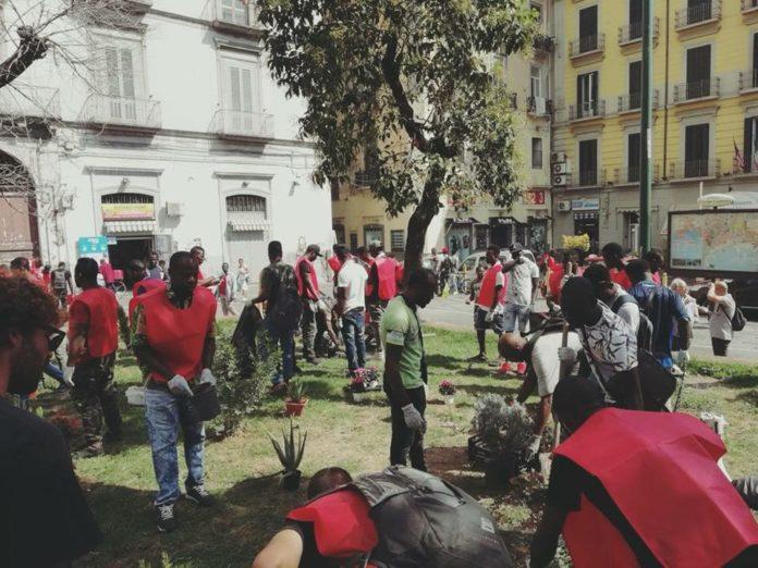 Napoli, Vasto: migranti puliscono piazza Principe Umberto