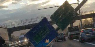 Tragedia sfiorata sull'Asse Mediano, forte vento abbatte cartellone stradale