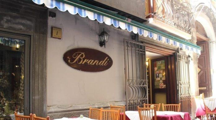 Napoli, pizzeria Brandi: rubati 600 euro e macchina fotografica