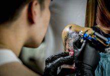 Tatuaggi, genitori in allarme: cosa rischiano gli adolescenti?