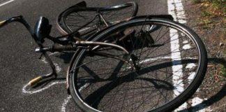Investe tre ciclisti, uno muore e lui scappa: arrestato dal carrozziere