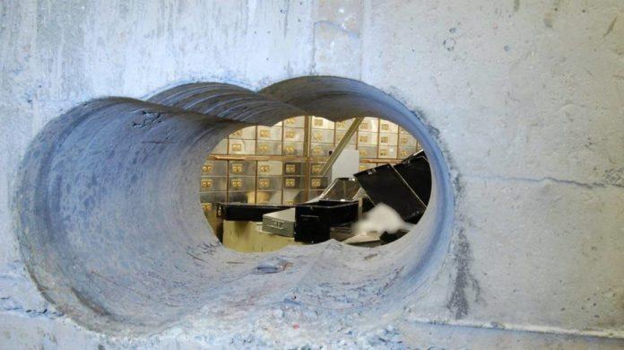 Napoli, presa la banda del buco: coinvolto dipendente del Comune