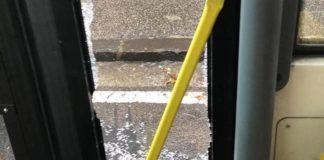 Lite nel traffico finisce a martellate: frantumato il vetro di un bus Anm