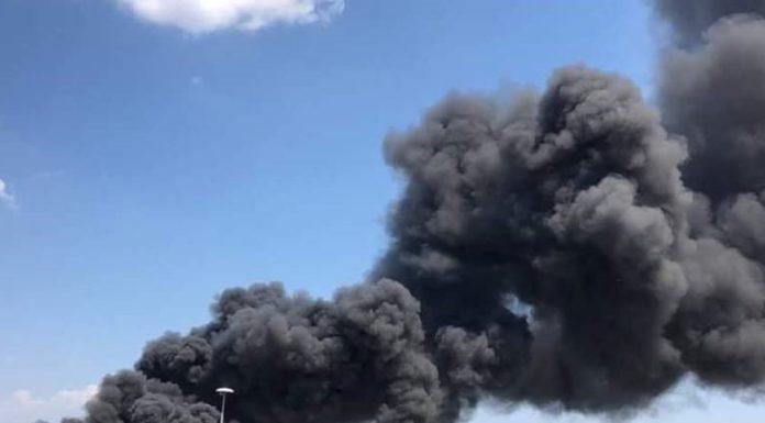"""Napoli, rogo tra Ponticelli e Cercola: brucia la fabbrica """"Le perle"""""""