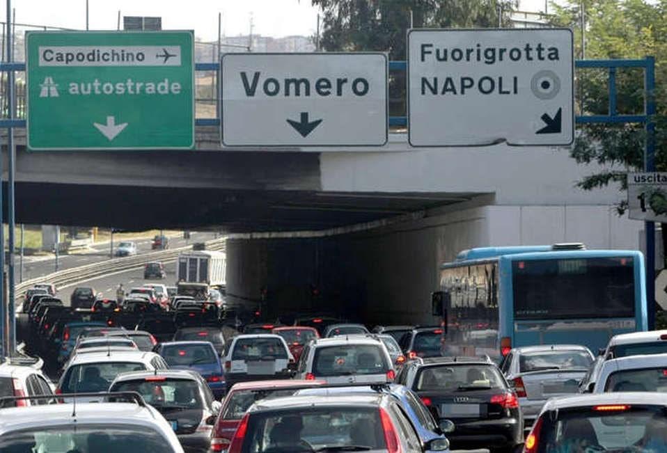 Tangenziale di Napoli: i dipendenti dell'Ippodromo bloccano l'uscita di Agnano