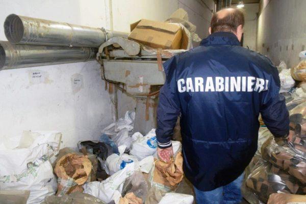Napoli, Casandrino: scoperta fabbrica 'fantasma' che sversava rifiuti pericolosi