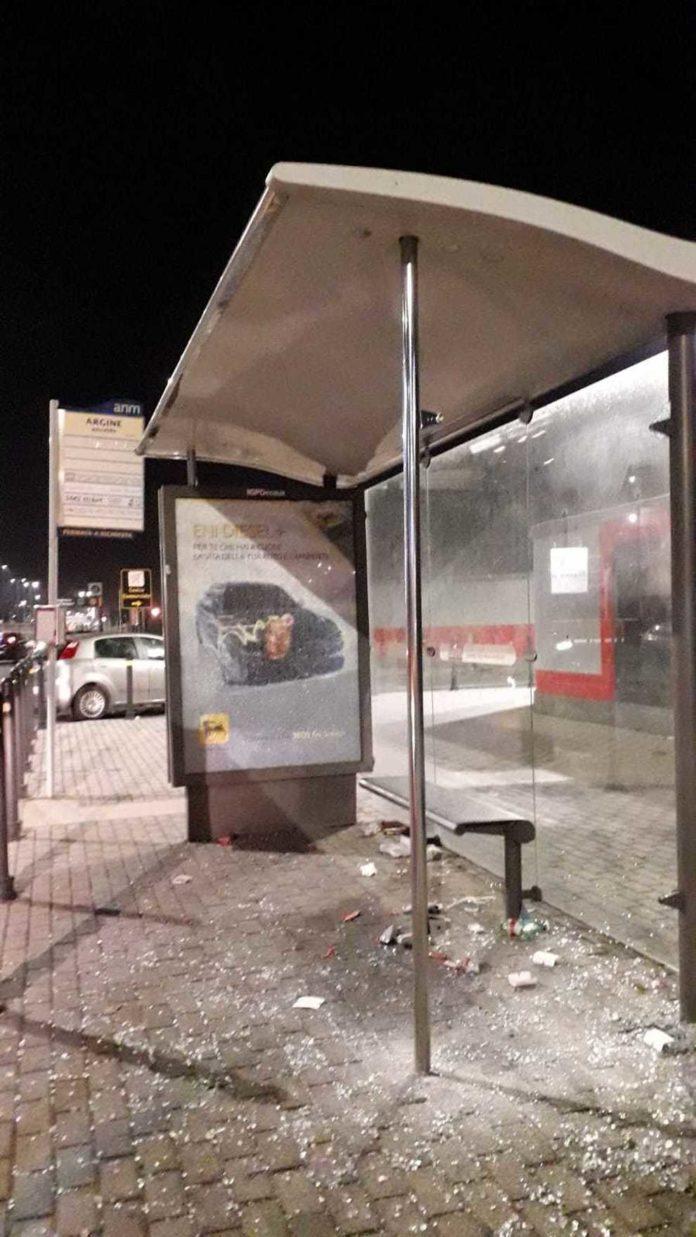 Ponticelli, vandalizzata la fermata del bus su via Argine
