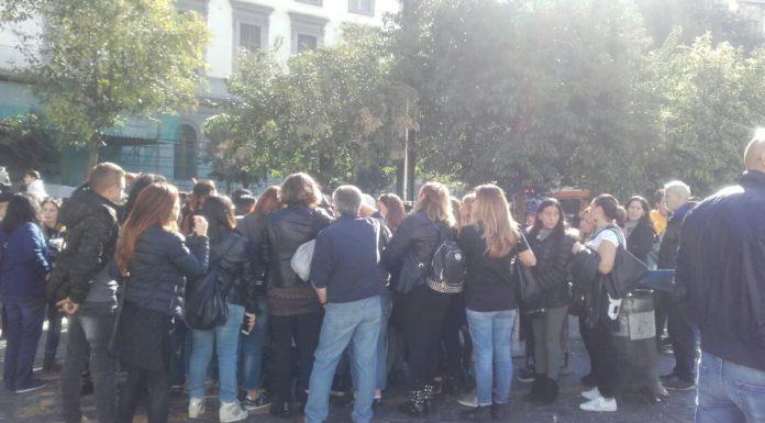 Scuola chiusa a Napoli da due settimane, la protesta delle mamme